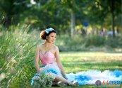 Photoshop给草地上的美女加上暗调秋季高对比暖色